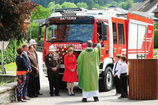 Das Einsatzfahrzeug wurde bei den Feierlichkeiten gesegnet.