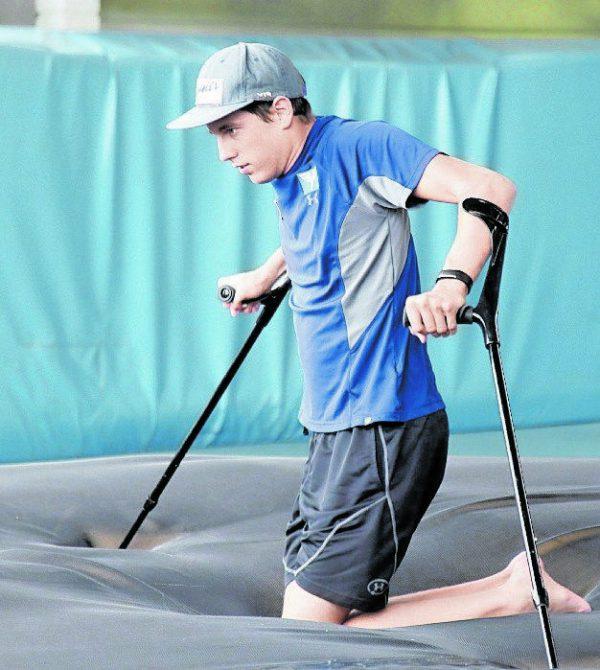 Erste Erfolge, dreieinhalb Jahre nach dem Unfall. Vom Rollstuhl über Krücken bis zu den ersten Schritten.Rauner, Kaserer, Privat