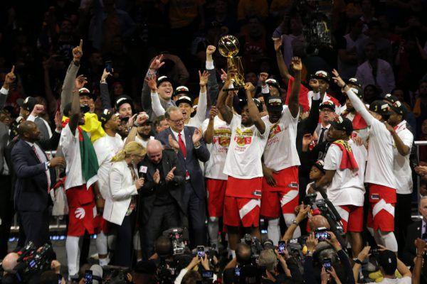 Final-MVP der Toronto Raptors Kawhi Leonard stemmt die Larry O-Brien Trophäe in die Luft.USA TODAY Sports