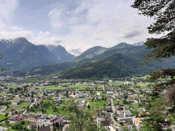 Großes Bild: Blick vom Grofa Känzele auf die Ansiedelung im Walgau.HErtha Glück