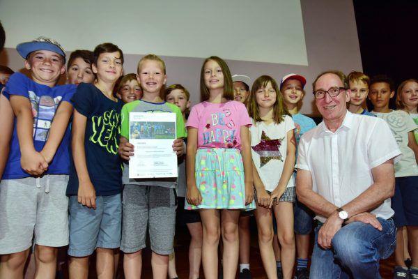 Landesrat Johannes Rauch würdigte das Engagement der Schüler, die sich mit dem Thema Schulweg auseinandersetzten. VLK