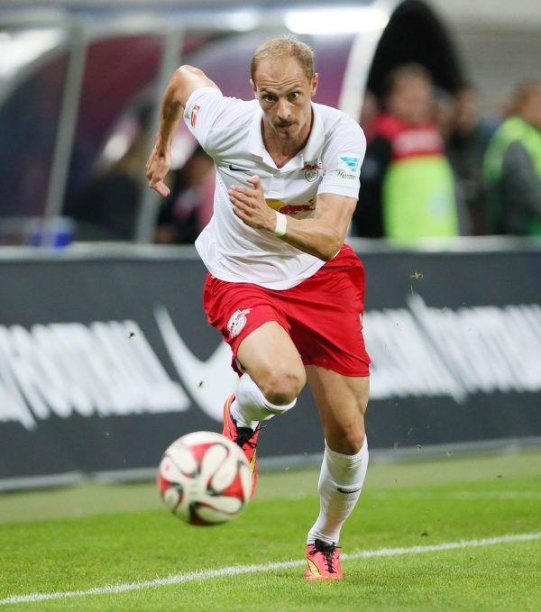 Matthias Morys auf der Haupttribüne im Lustenauer Planet-Pure-Stadion und als Spieler von RB Leipzig (r.).Stiplovsek, Gepa