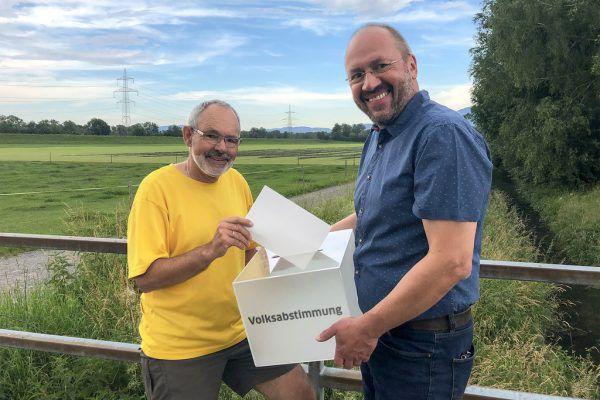 Max Hartmann und Bernhard Weber vor dem Grundstück, das zur Kiesgrube werden soll. Rund 800 Unterschriften brauchen sie für die Volksabstimmung in Sachen Kiesgrube. BL:AG