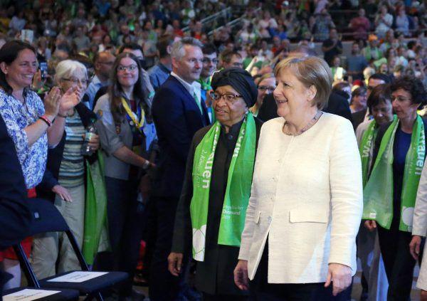 Merkel, die sich das Podium mit der Ex-Präsidentin Liberias, Ellen Johnson Sirleaf teilte, wurde stürmisch gefeiert. DPA