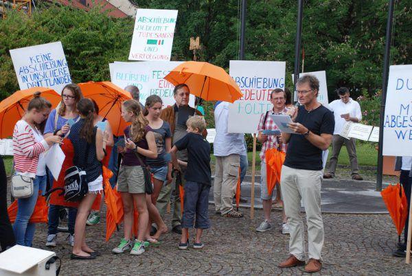 """Peter Mennel als Redner beim """"Umbrella-March"""" 2014 in Bregenz, der von Vindex organisiert wurde.Mennel"""