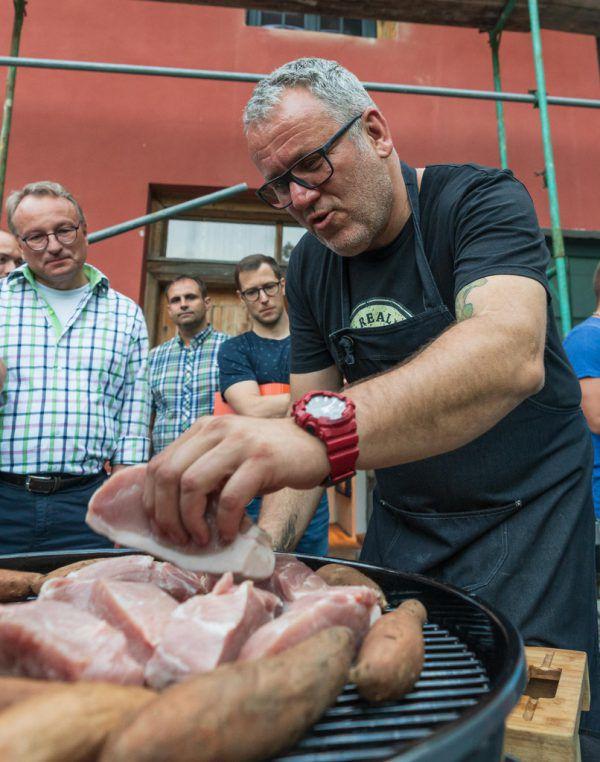 Weniger ist mehr: Grillprofi Tom Heinzle befördert wenige, aber qualitativ hochwertige Lebensmittel auf den Grill.Dietmar Stiplovsek