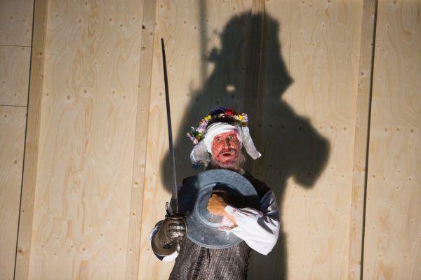 Die Spielfreude ist Ulrich Matthes (Don Quijote) und Wolfram Koch anzusehen.Klaus Hartinger (2)