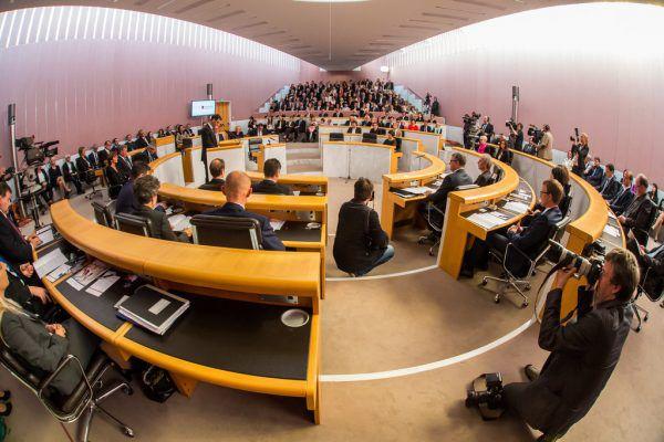 Im Oktober 2014 trat der Landtag erstmals mit einer schwarz-grünen Landesregierung zur konstituierenden Sitzung zusammen.Archiv (2)