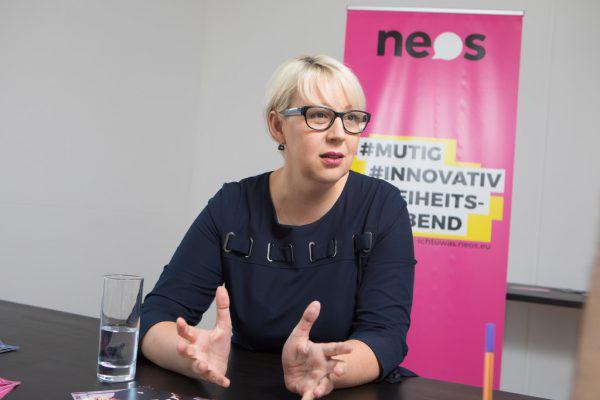 Neos-Chefin Sabine Scheffknecht bringt eine Anfrage zum Lehrermangel ein.