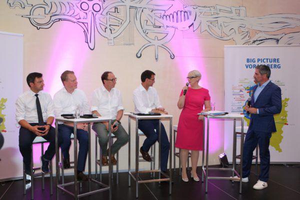 Moderator Roman Rafreider (r.) mit den Spitzenkandidaten der Landtagsparteien Martin Staudinger, Christof Bitschi, Johannes Rauch, Markus Wallner und Sabine Scheffknecht (v.l.).IV Vorarlberg, Steinlechner