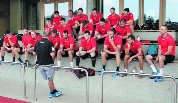 Trainer Klaus Gärtner gab gestern seinen Spielern erste Instruktionen für die Vorbereitung.  ALPLA HC Hard/Armellini