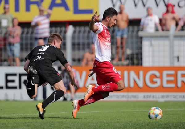 Andreas Malin (l.) konnte sich im Strafraum gegen Okan Yilmaz nur noch mit einem Foul behelfen.gepa