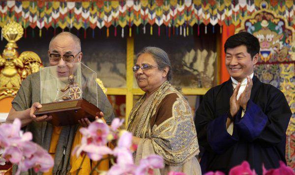 Ela Gandhi, hier mit dem Dalai Lama, kommt nach Lindau. Reuters