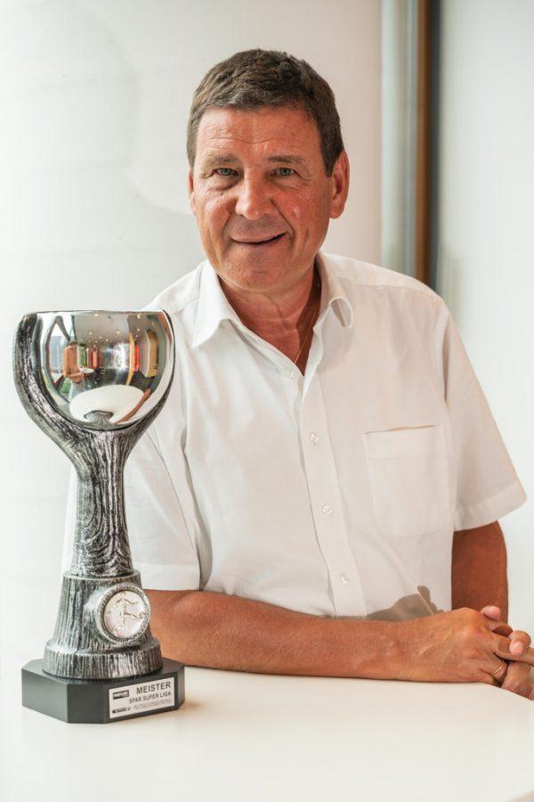 Gerhard Ritter mit dem Meisterpokal der Spar Super Liga.Stiplovsek