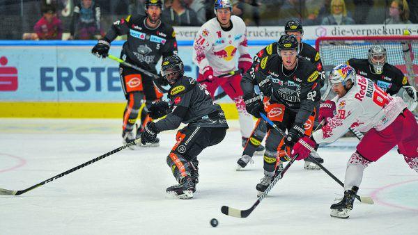 Beim Heimauftakt gegen die starken Salzburger waren die Bulldogs oft mit dem Spiel gegen die Scheibe beschäftigt. GEPA/Lerch