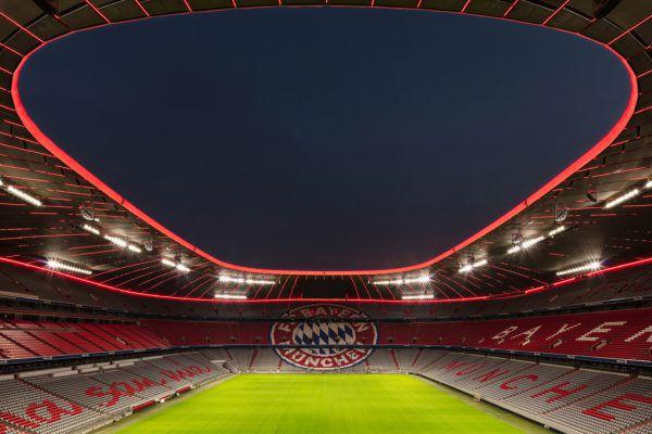 Der innere Ring und die Querstreben unter dem Stadiondach strahlen nun in Bayern-Rot.Zumtobel (2)