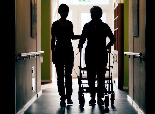 Sechs Pfleger und zehn Bewohner wurden positiv getestet.APa