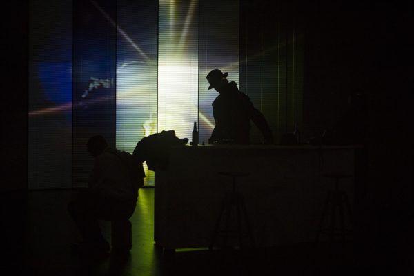 Film-noir-Ästhetik auf der Bühne. Oben: Oliver Losehand und Anja Tobler. Unten auf der Leinwand ist Christian Hettkamp zu sehen.Iko Freese (3)