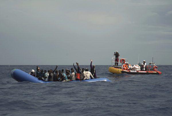 Flüchtlinge aus Seenot retten. Daran will sich künftig auch die evangelische Kirche beteiligen AP