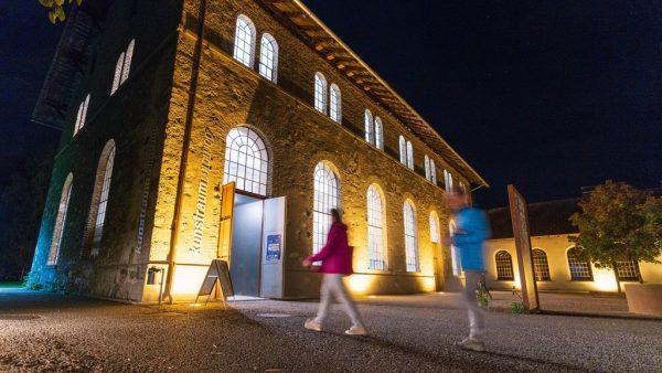 """Im Kunstraum Dornbirn gibt es die Ausstellung """"ÎÔ"""" der Schweizer Künstlerin Sylvie Fleury zu sehen. Das Kuratorenteam informiert über die Installation.NEUE/STiplovsek"""