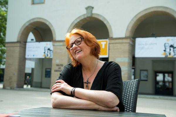 """Intendantin Stephanie Gräve startet in ihre zweite Saison – rechts eine Szene aus der Produktion """"Julius Caesar"""".Elias Lepper, Roland Paulitsch"""