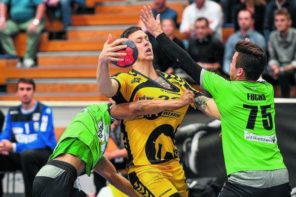 Josip Juric-Grgic (großes Bild) konnte sich auch gegen die enge Deckung durchsetzen. Lukas Frühstück (oben) stemmte sich mit aller Kraft gegen die Wiener.gepa/lerch (2)
