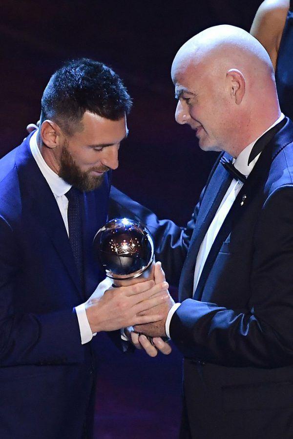 Jürgen Klopp (l.) und Lionel Messi (r.) mit Gianni Infantino gehörten zu den großen Siegern des gestrigen FIFA-Galaabends.APa (2)