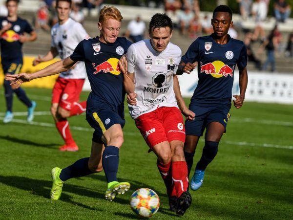 Lukas Fridrikas nimmt es in dieser Szene gleich mit zwei Gegenspielern auf.GEPA/Lech