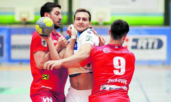 Maximilian Hermann und Boris Zivkovic nehmen Philipp Preinfalk in die Zange.GEPA