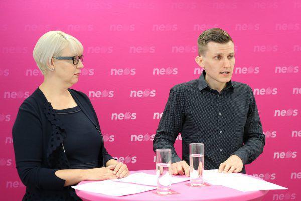 Neos-Spitzenkandidatin Susanne Scheffknecht und Kandidat Anton Wimmer, Studienvertreter der PH Vorarlberg. NEOS