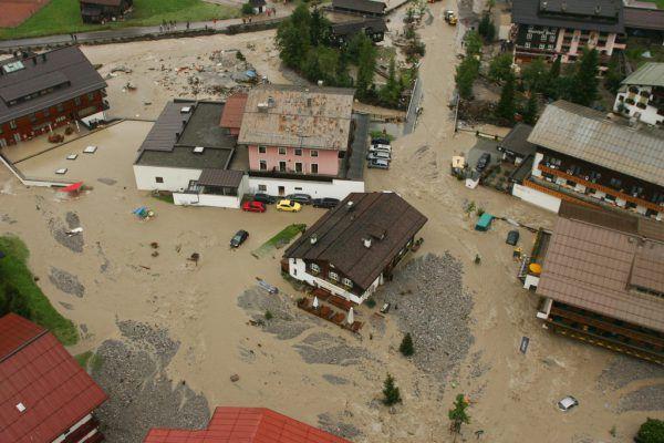 Thomas Blank, Leiter der Abteilung Wasserwirtschaft, kennt die Jahresniederschlags-Statistiken. Rechts: das Hochwasser im Jahr 2005.