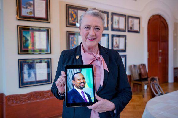 Berit Reiss-Andersen, Vorsitzende des Nobelpreiskomitees, mit einem Foto von Abiy Ahmed Ali.AFP