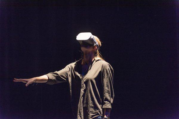 Claudia Renner spielt Helene Weigel. Kleines Bild: eine Zuschauerin mit Virtual-Reality-Brille. Heinz Holzmann (2)