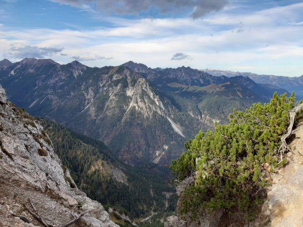 Der Nenzinger Himmel mit Galinakopf und Alpe Gamp (großes Bild) sowie das Gipfelkreuz.Hertha Glück