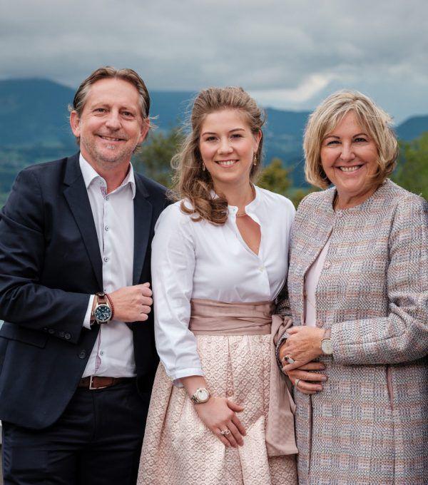 Anna-Lena Hollfelder (m.) hat den Betrieb von Rudi Präg und Uschi Dunzinger-Präg übernommen.Archiv