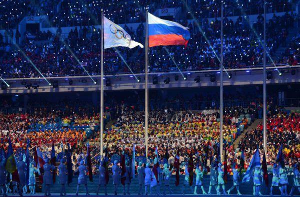 Die olympische und die russische Flagge wehen nicht mehr synchron nach den zahlreichen Dopingskandalen.APA