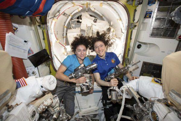 Die US-Astronautinnen Christina Koch (r.) und Jessica Meir absolvierten den ersten rein weiblichen Außeneinsatz.NASA