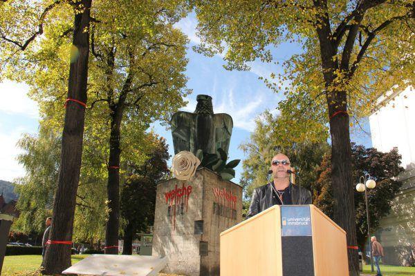 """Flatz bei seiner Rede vor dem """"Ehrenmal"""". Universität Innsbruck"""