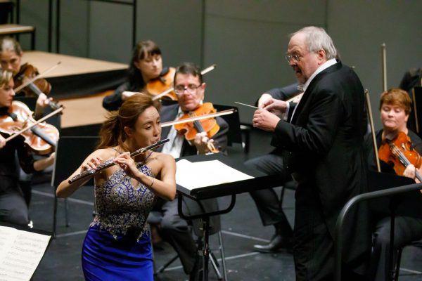 Flötistin Jasmine Choi und Dirigent Bruno Weil begeisterten beim jüngsten SOV-Konzert.SOV/Bernd Hofmeister (2)