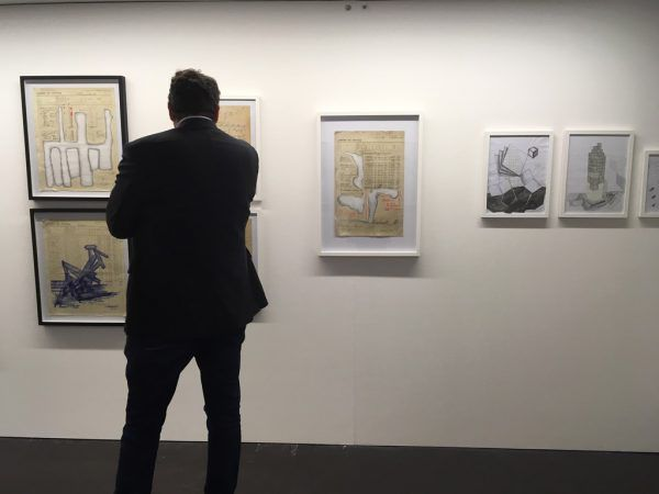Gottfried Bechtolds Zeichnungen in der Galerie.Z. Kleines Bild oben: der Künstler (r.) mit Hubert Matt.Lisa Kammann (3)