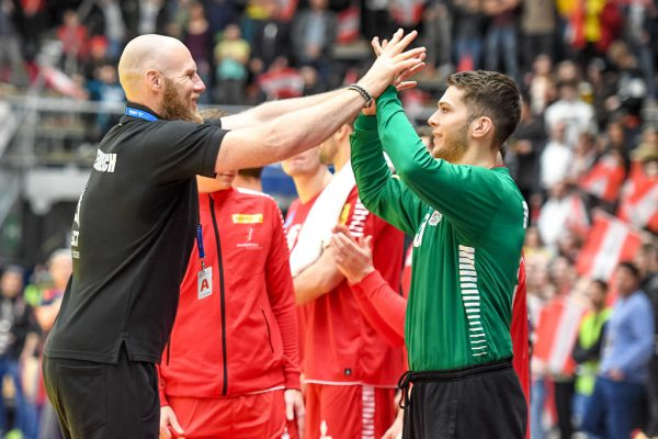 Im April schien die Stimmung noch zu passen zwischen Teamchef Ales Pajovic (l.) und Keeper Kristian Pilipovic (r.).GEPA/Lerch
