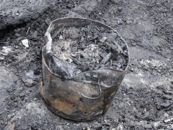 In der Heizperiode kommt es immer wieder zu Bränden – gerade vermeintlich kalte Asche (kl. Bild) kann gefährlich sein. Neue-Archiv/Brandverhütungsstelle (2)