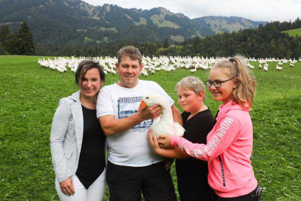 Irmi und Peter Bechter – hier mit ihren Kindern Martin und Melanie – ziehen seit 2007 auf ihrem Hof Weidegänse groß.