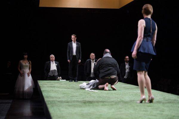 """""""Jedermann (stirbt)"""" in der Produktion des Schauspielhauses Salzburg. Chris Rogl"""