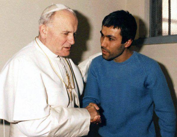 Mehemet Ali Agca (r.) verübte ein Attentat auf den damaligen Papst. AP