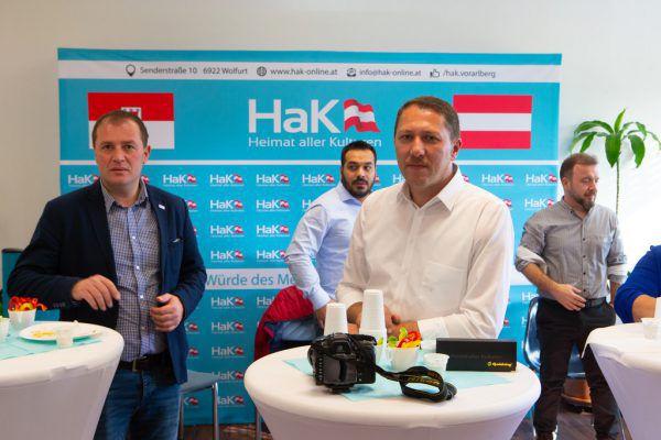 Murat Durdu (Mitte) ist zufrieden mit dem Ergebnis und hofft auf Gemeinderatswahlen.