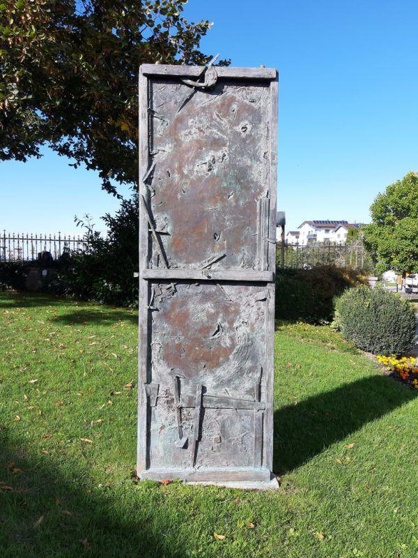 Oben: die Bronzetür. Unten: wunderbarer Blick ins Tal.Hartha Glück (3)