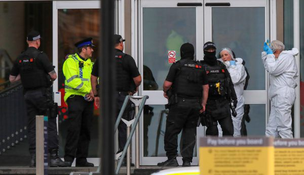 Polizisten bei der Tatortarbeit nach dem schrecklichen Vorfall. Reuters