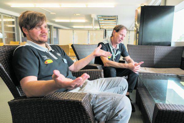 Tupamäki (l.) wirkt ratlos. Doch nimmt er den Input von Assistant-Coach Kyllönen (r.) an?Dietmar Stiplovsek