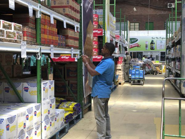 Von den Preisen am Regal werden Fotos gemacht, um diese mit denen in anderen Läden zu vergleichen.AP/ Tsvangirayi Mukwazhi